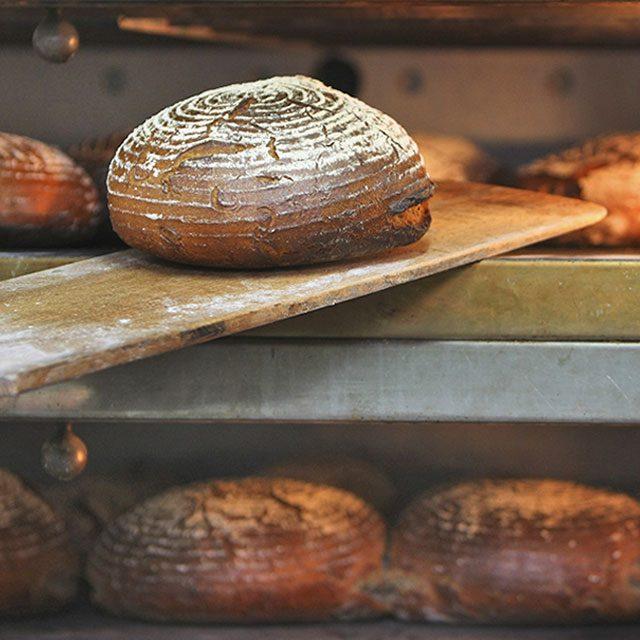 Frisches Brot aus dem Backofen im Landgasthaus Waldmichelbacher Hof